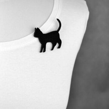 broszka filcowa kot spacerujący