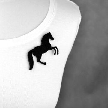 broszka filcowa koń