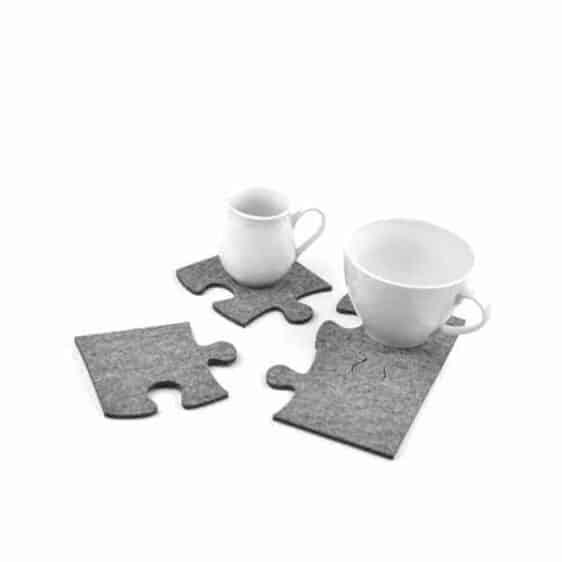 Cztery podkładki filcowe w kształcie puzzli