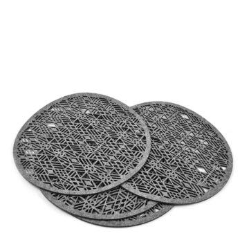 cztery duże filcowe podkładki w kształcie koła z geometrycznym wzorem