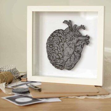 Obraz z filcowym sercem i mózgiem