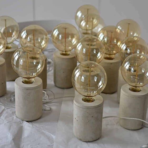 Lampa w betonowej oprawie z żarówką Edisona