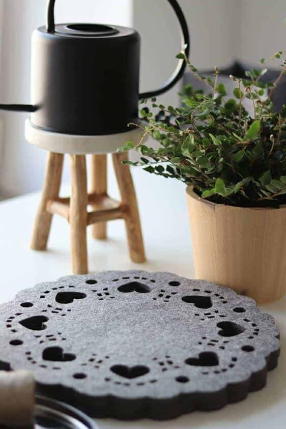 Duża podkładka filcowa pod talerz z serduszkami