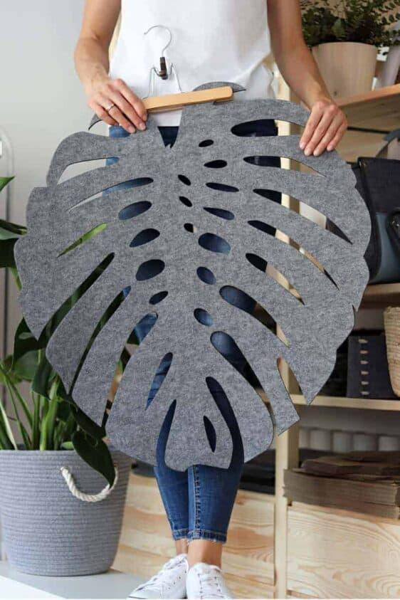 Filcowa szara serweta w kształcie gigantycznego liścia Monstery